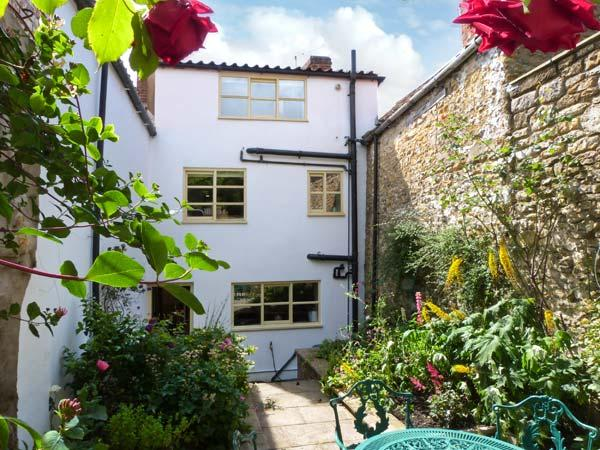 HOWE END COTTAGE, townhouse, family accommodation, courtyard garden in, holiday rental in Kirkbymoorside