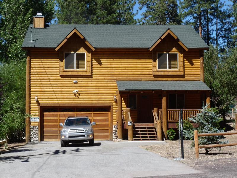 Large, flat driveway easy for winter access / boat + oversized 2-car garage