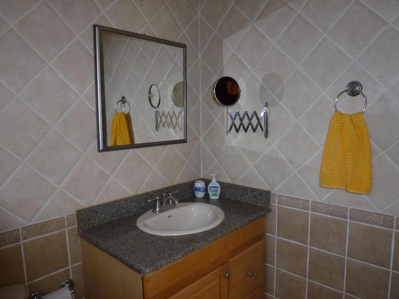 1 cuarto de baño arriba con espejo flexible