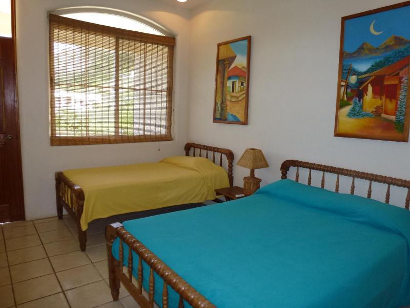 2 º dormitorio con 1 cama doble y 1 cama individual.