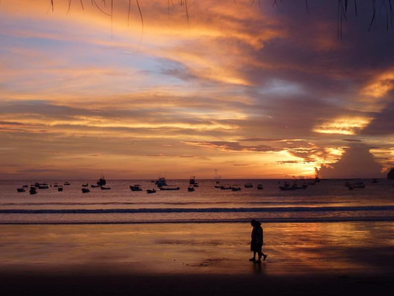 Puesta de sol de agosto desde restaurante frente al mar
