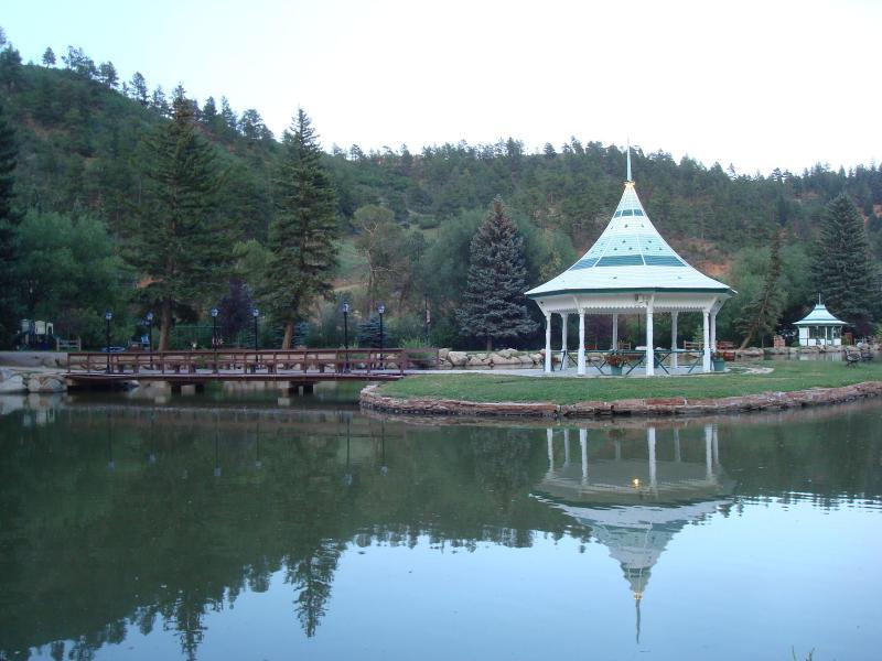 Un hermoso parque en el lago y algunos restaurantes locales A WALK poca distancia