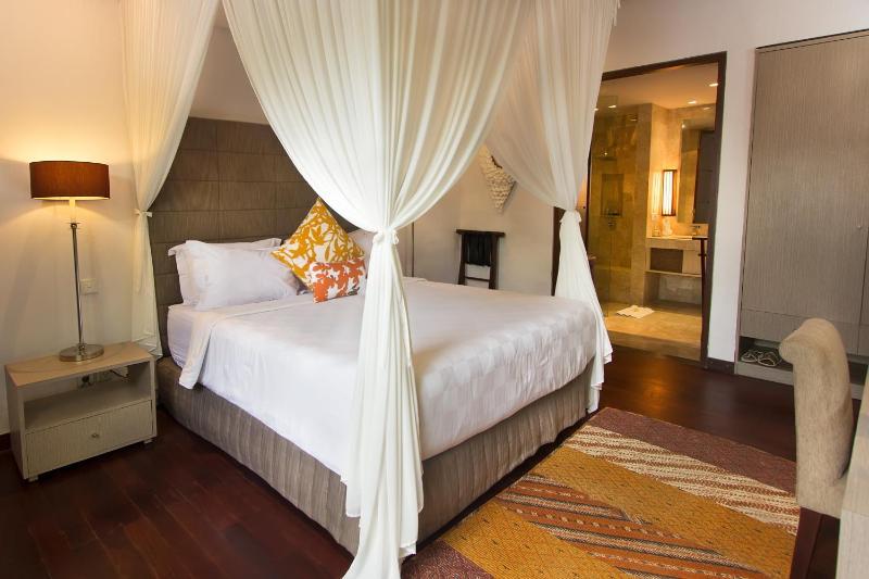 Haupt-Schlafzimmer mit Klimaanlage und Bad.