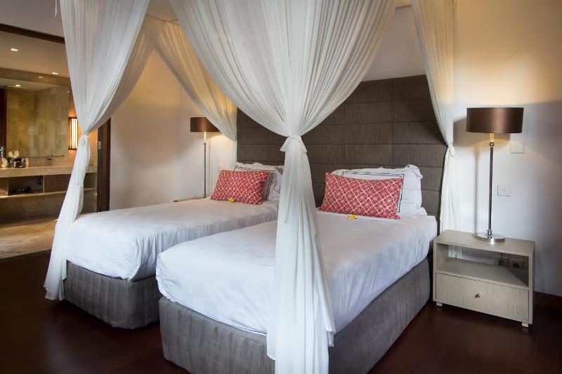 Zweite Schlafzimmer zwei Einzelbetten, die zu einem Doppelbett mit Klimaanlage und Bad gemacht werden können
