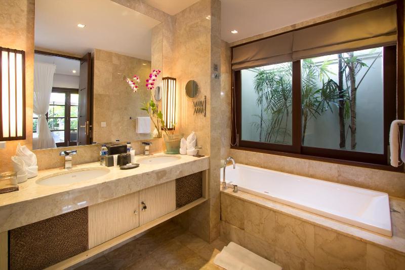 Haupt-Badezimmer mit separater Dusche, Badewanne und WC