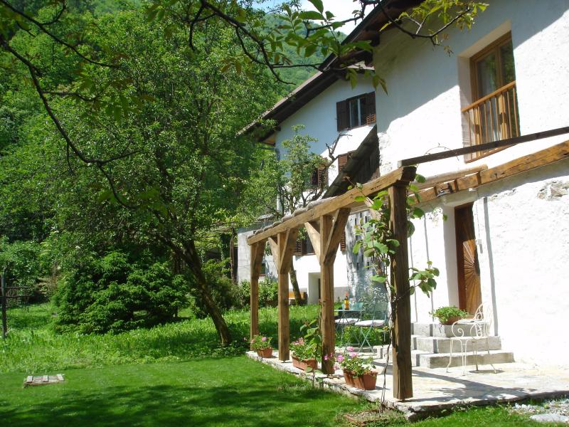 2 bedroom stone cottage in emerald Soca Valley, location de vacances à Kanal