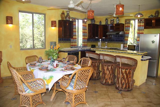 Plan d'étage ouvert avec cuisine entièrement équipée, toutes les commodités de la maison.