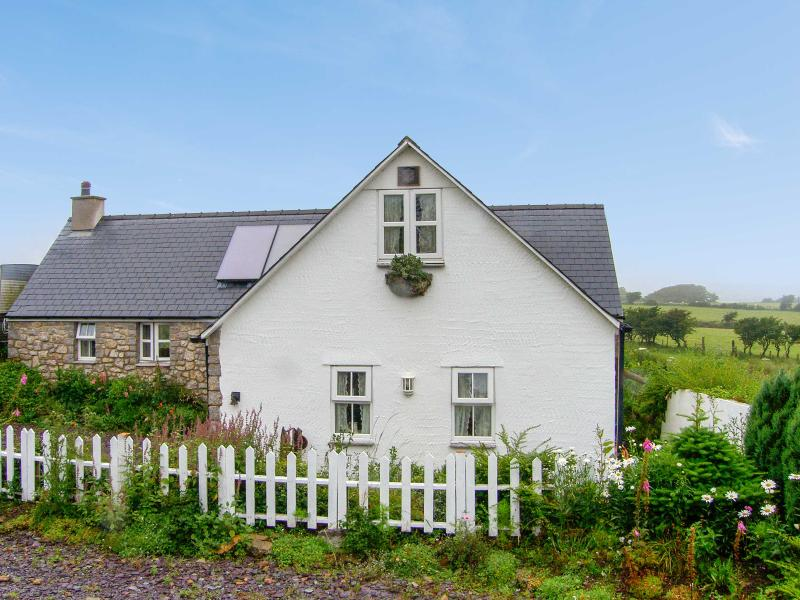 SALEM, detached, pretty gardens, four poster, roll top bath, close coast and, vacation rental in Brynteg