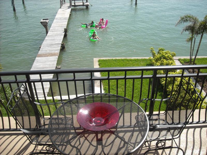 Speel met het water lounges op de baai in de achtertuin