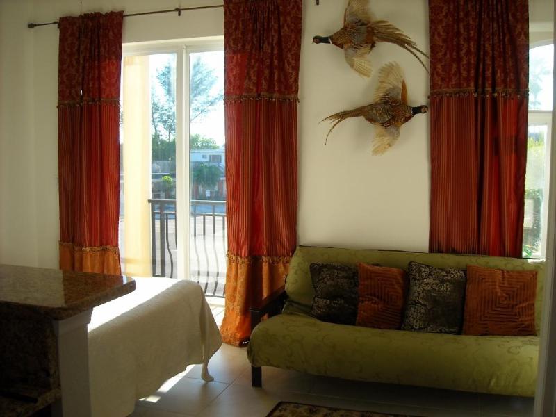 4e slaapkamer is een open ruimte aan de westkant van de keuken, een open ruimte, tweepersoonsbed, futon, 4 twin s kinderbedjes