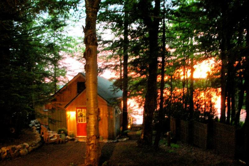 SUNSET- SERENE & ROMANTIC YR LAKE FRONT RETREAT, vacation rental in Stratford