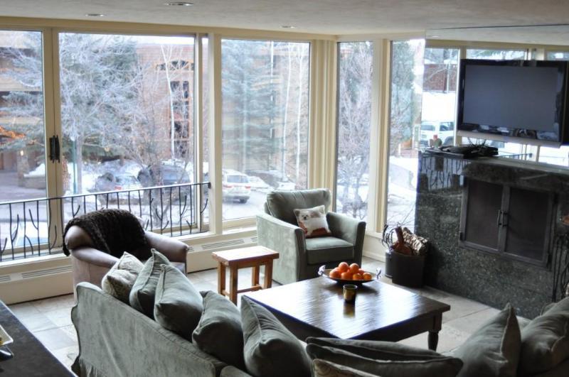 Living Room, Fireplace, Flatscreen
