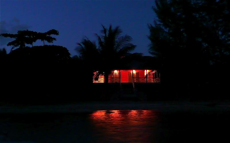 a casa coral na noite