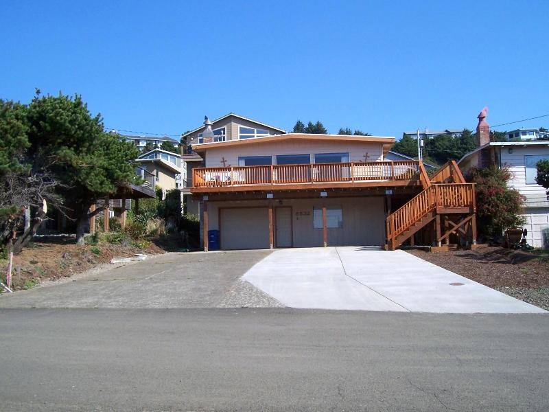 Roads End Beach house - Front view