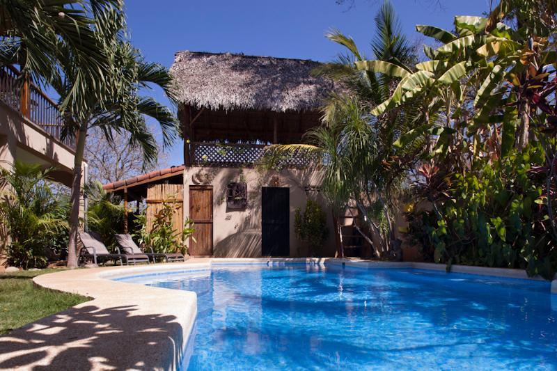 La piscina es agradable sombra para algunos el día, manteniéndola fresca, que es difícil hacerlo aquí!