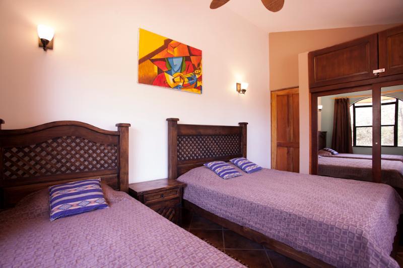 Segundo dormitorio con cama de matrimonio y cama individual