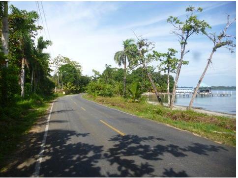 Carretera a lo largo de la playa