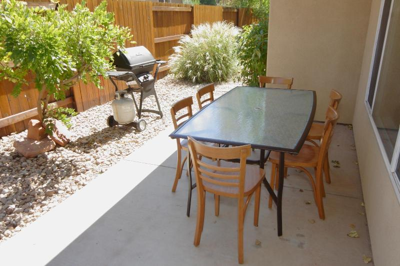 Patio with seating for 6+
