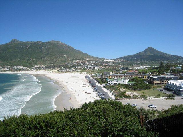 Cruzar el camino y están en la playa, largo amarillo edificio, centro de la foto, frente al mar