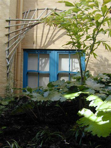Detalle de ventana patio en Village Apartments