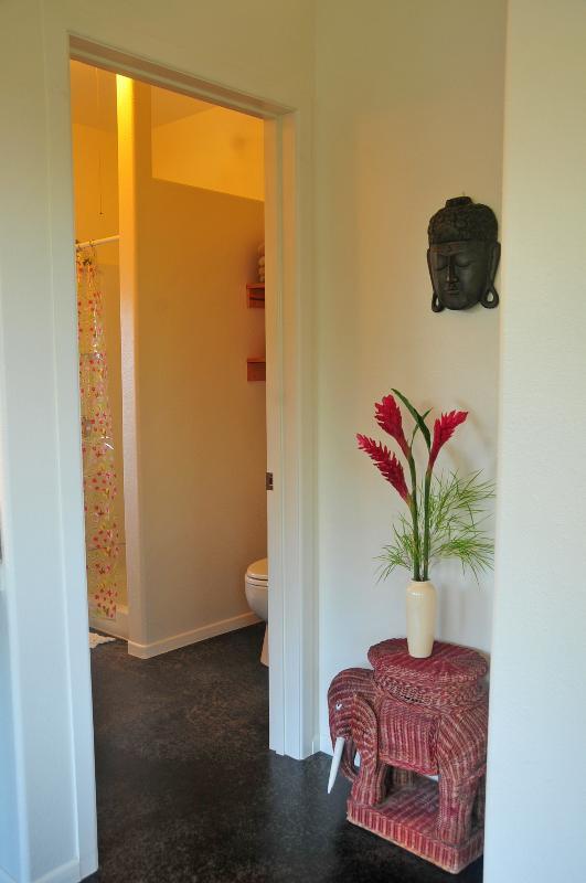 El baño está detrás de la puerta tipo persiana.
