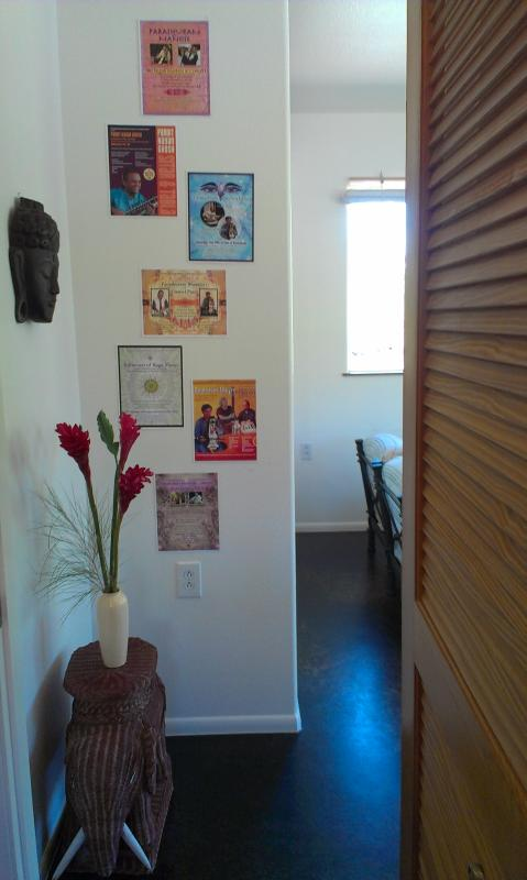 Máscara de Buda, paja Ganesh mesa y carteles música círculo Hawaii gracia la pared detrás de la puerta tipo persiana.