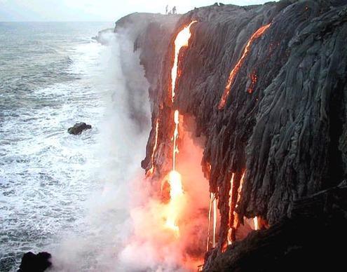 Flujo de lava de Kalapana - ver excursionistas cerca del borde