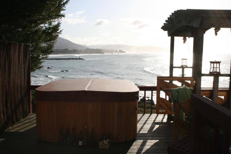 Captain's Quarters with personal hot tub on the ocean front., holiday rental in Harbor