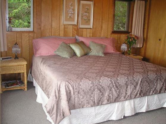 El dormitorio principal (cama king size) con un enorme ventana de cristal para disfrutar de la vista desde la cama