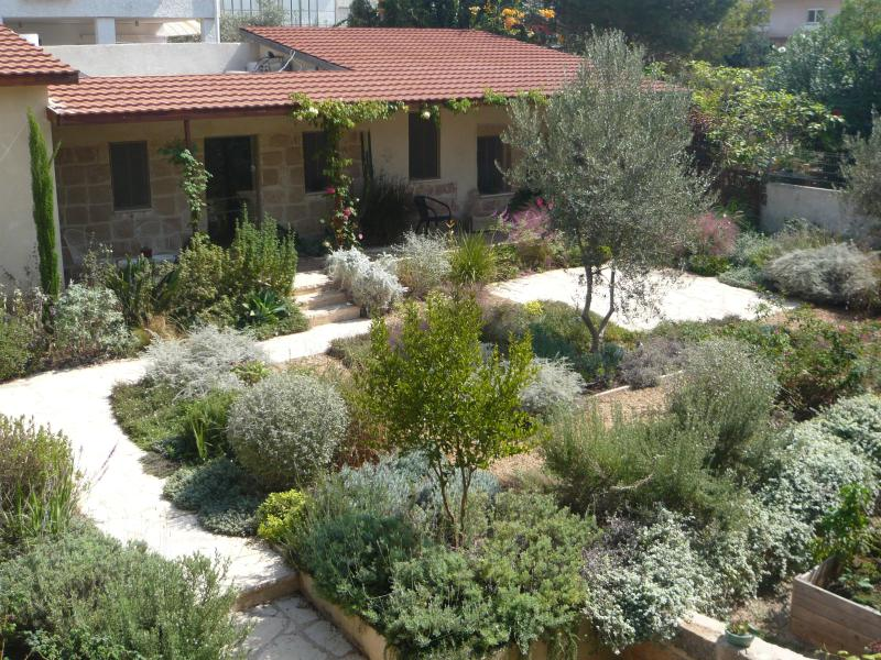 Beautiful Stone Cottage in Tranquil Zichron Garden, location de vacances à Or Akiva