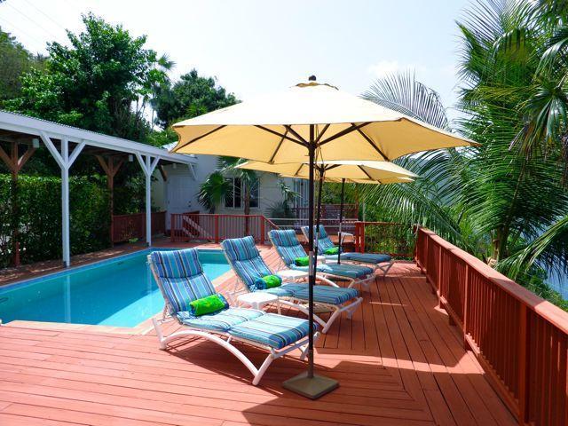 La piscina es muy privada. Ver también una vista de playa de la bahía de Magen magnífico.