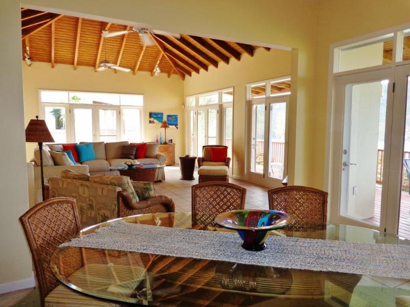 Los techos altos dan a la casa una sensación abierta. Disfrutar de las vistas desde cada habitación.