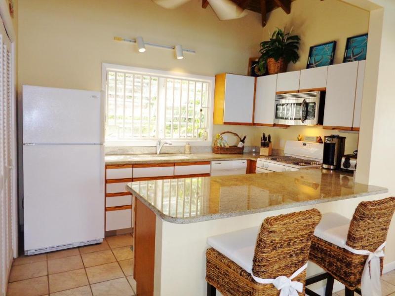 La cocina está surtida con todo lo que necesitas. También disfrutar de un asado al aire libre.