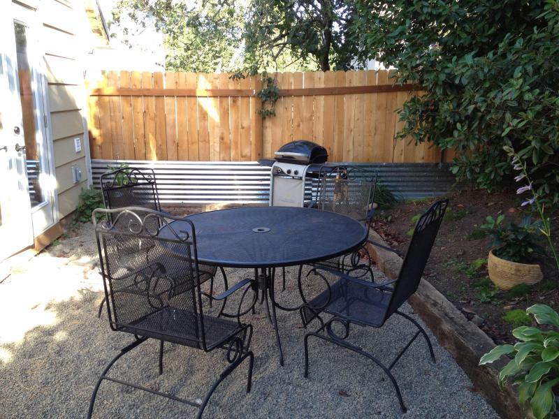 Terug privéruimte met propaan grill achterkant van het huis.