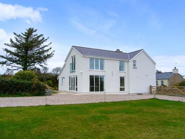 BRON GORS, detached cottage with woodburner, granite worktops, en-suites, 5, holiday rental in Cylch-Y-Garn