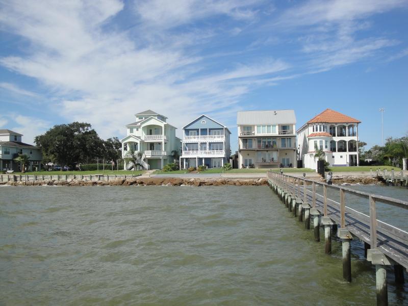 Beautiful Bay Front Home next to Kemah Boardwalk, holiday rental in La Porte