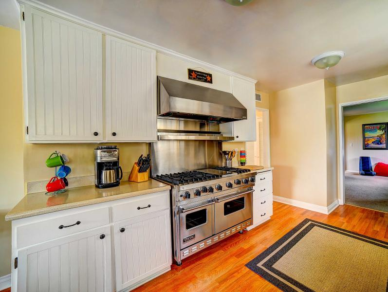 Cook's kitchen with a big 6 burner Viking stove & warming lights range hood!