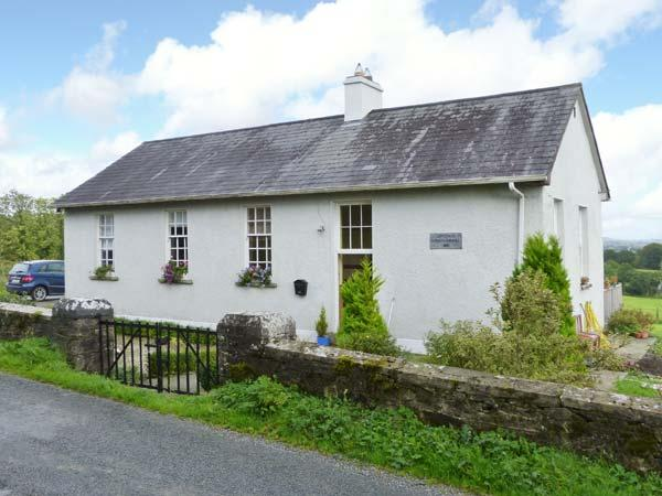 THE OLD SCHOOL HOUSE, pets welcome, en-suites, woodburner & open fire, vacation rental in Dromod
