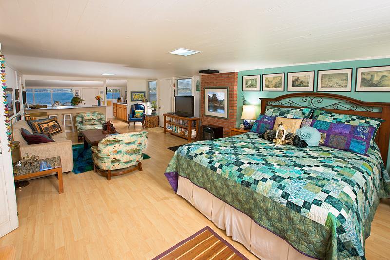 Mostrando la felpa interior acolchado King, área de vida y entretenimiento principal & vista del Morro Bay más allá
