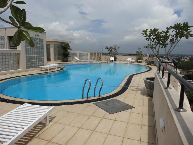 Hedges Court Plus. 2 Room ( 3 Beds) Apartment beyond Ward Place, vacation rental in Colombo