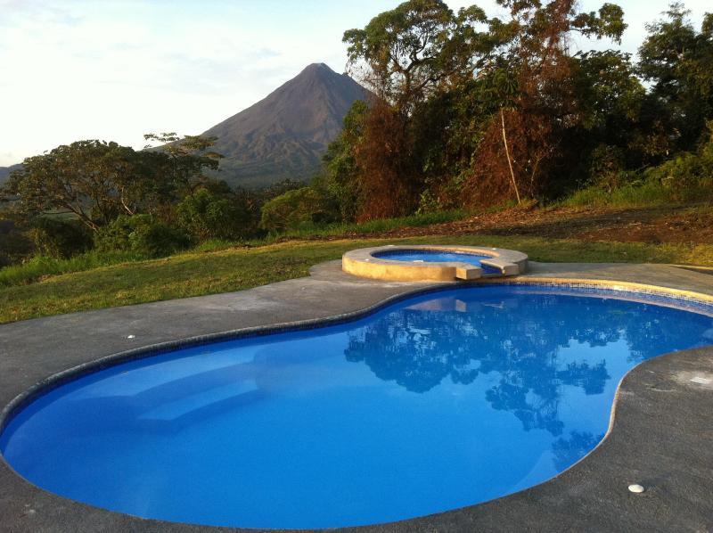 Utsikt över pool & bubbelbad från vardagsrummet terrass