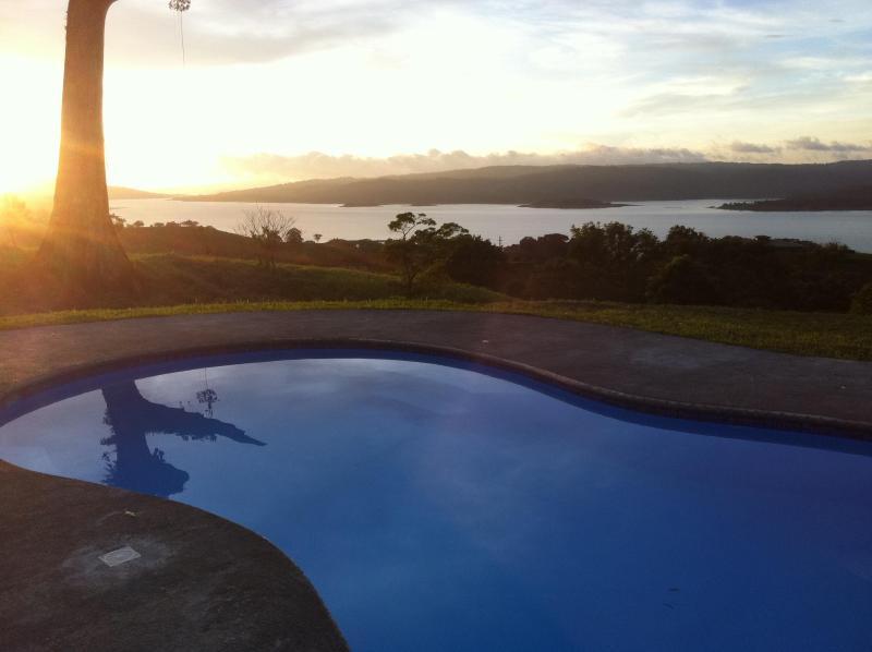 Solnedgång över Arenal sjön