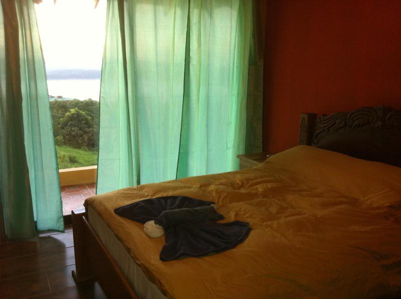 Drottning storlek säng i rum #2