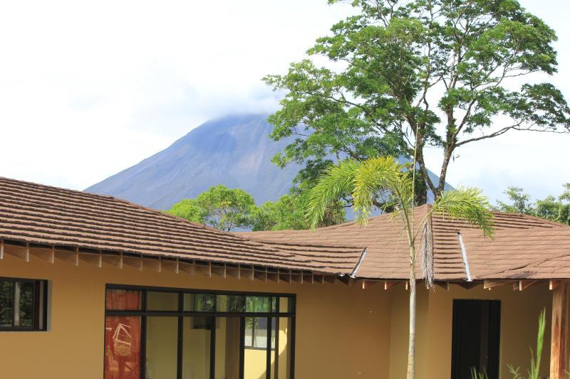 Arenal Volcano är bara 3 miles från Casa Ceiba