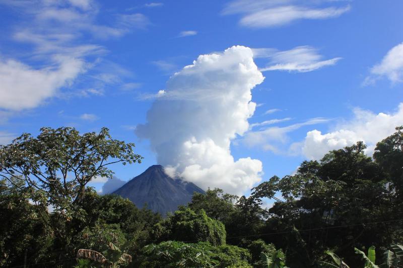 Massiva steam cloud flyr från Arenal Nov 2012