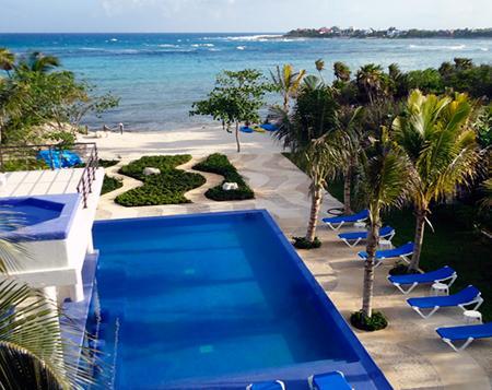 Piscina e praia privada.