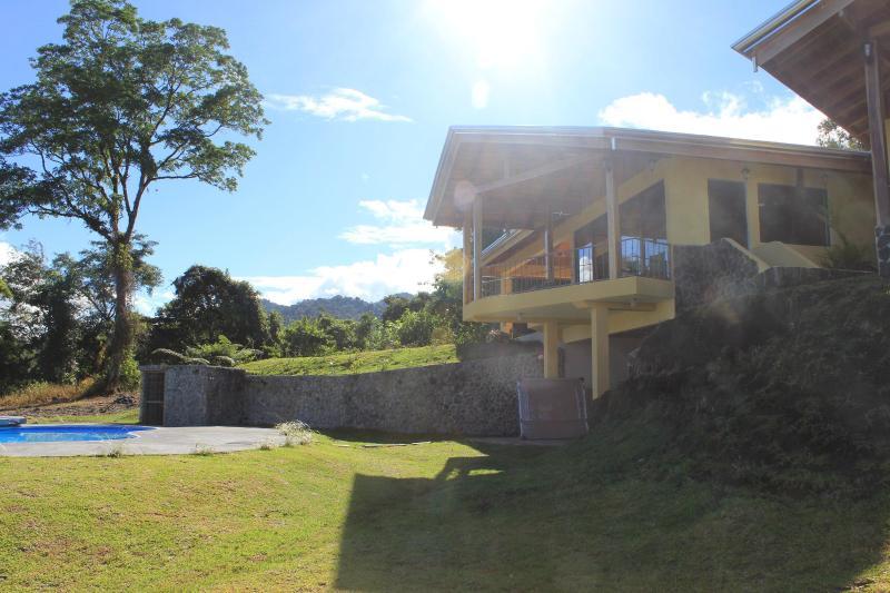 Morgonsolen bryter över Casa Ceiba