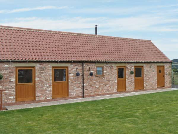 POTTOWE COTTAGE, barn conversion, with woodburning stove, Jacuzzi bath, shared, holiday rental in Potto