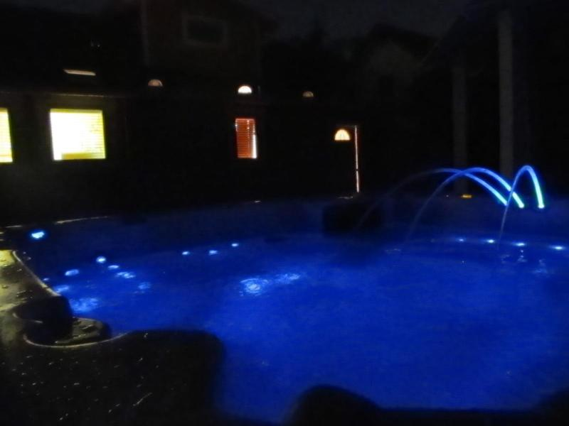 7 persoon spa/hot tub met 115 stralen en LED-verlichting, waterval, ingebouwde luidsprekers