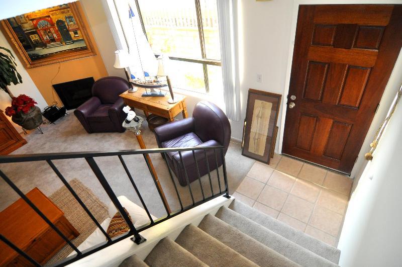 la maison est à 3 niveaux : le garage, le terrain et au 2ème étage.